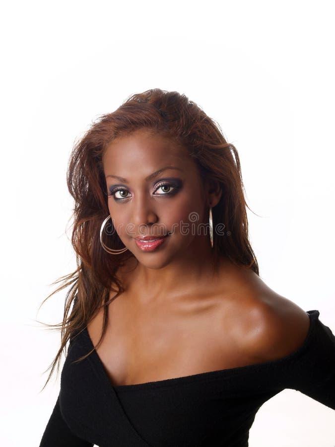 Mujer negra mezclada joven con el neckline inferior fotografía de archivo libre de regalías