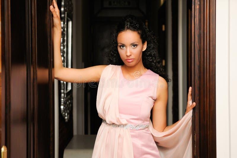 Mujer negra, modelo de la manera, con la alineada rosada fotos de archivo libres de regalías