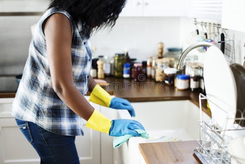 Mujer negra que hace tareas de la casa fotos de archivo libres de regalías