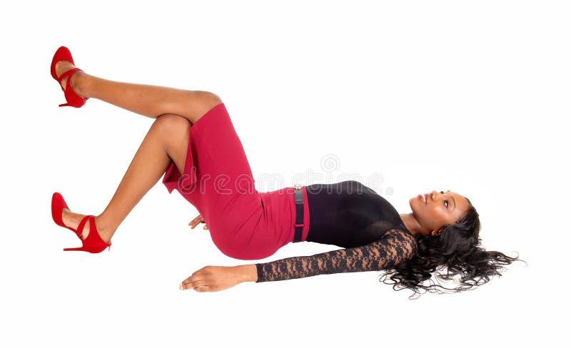 Mujer negra que miente en piso fotografía de archivo