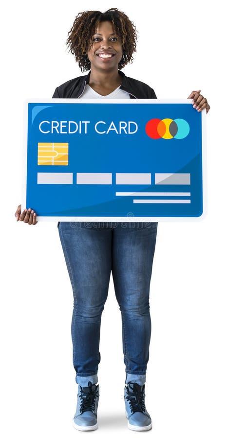 Mujer negra que sostiene la tarjeta de crédito aislada fotografía de archivo libre de regalías