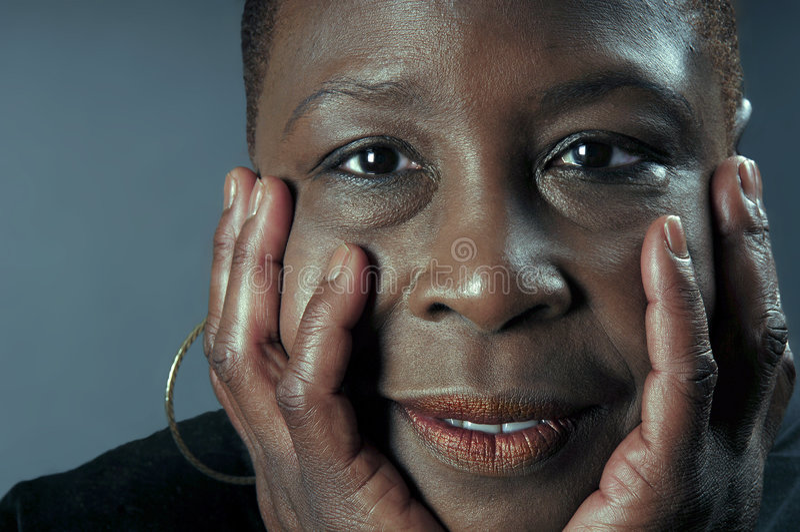 Mujer negra sincera imagenes de archivo