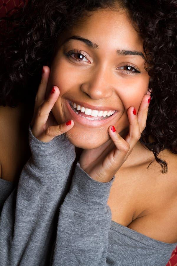 Mujer negra sonriente hermosa foto de archivo