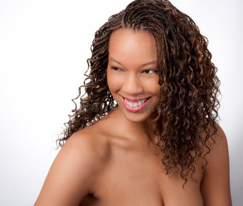 Mujer negra sonriente magnífica imagen de archivo