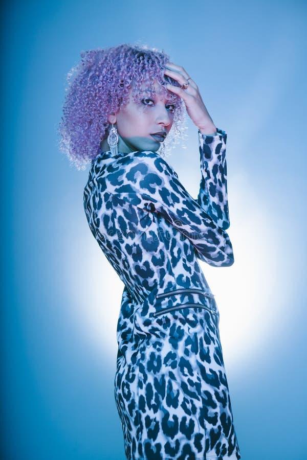 Mujer negra urbana con el peinado afro elegante en la ropa atractiva fotografía de archivo libre de regalías