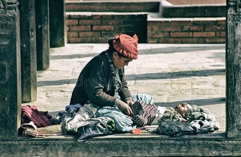 Mujer nepalesa con su bebé, Patan, Nepal imágenes de archivo libres de regalías