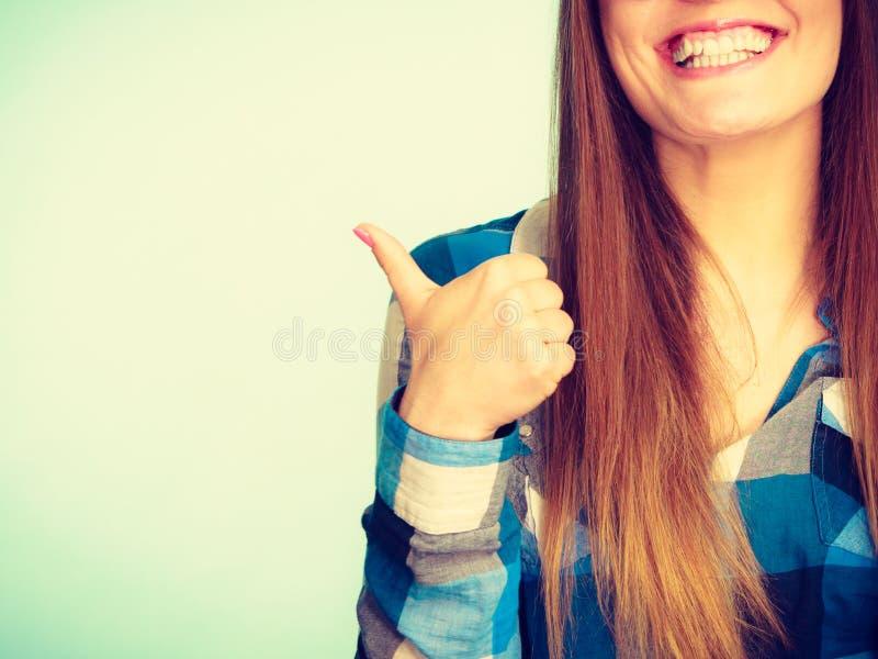 Mujer nerdy sonriente feliz que muestra el pulgar para arriba fotografía de archivo libre de regalías