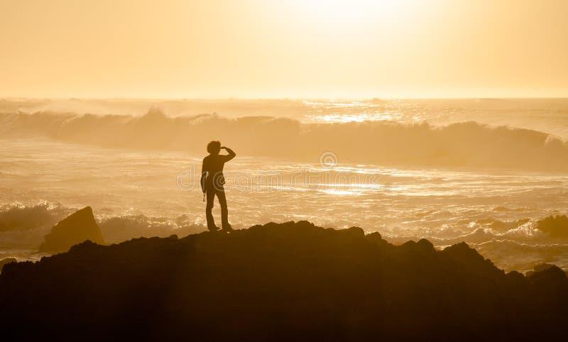 Mujer no reconocible en la playa de estado de Asilomar imagen de archivo