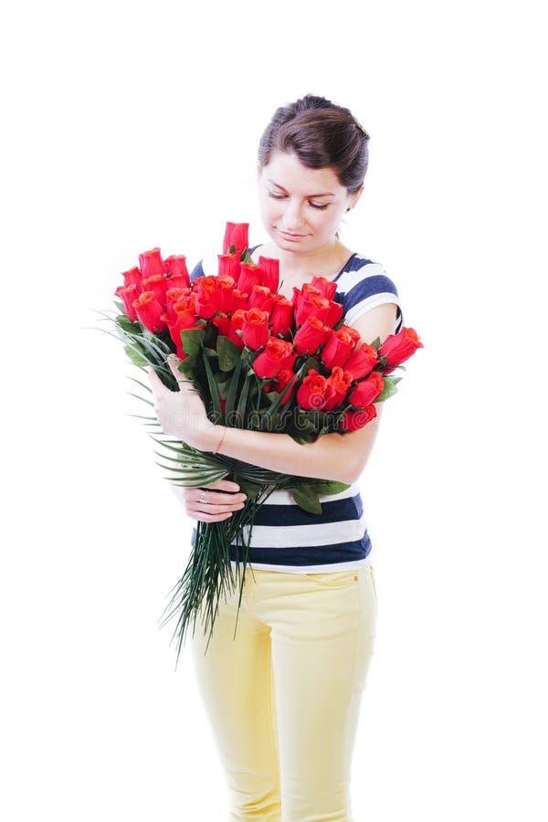 Mujer nostálgica que mira rosas imagen de archivo