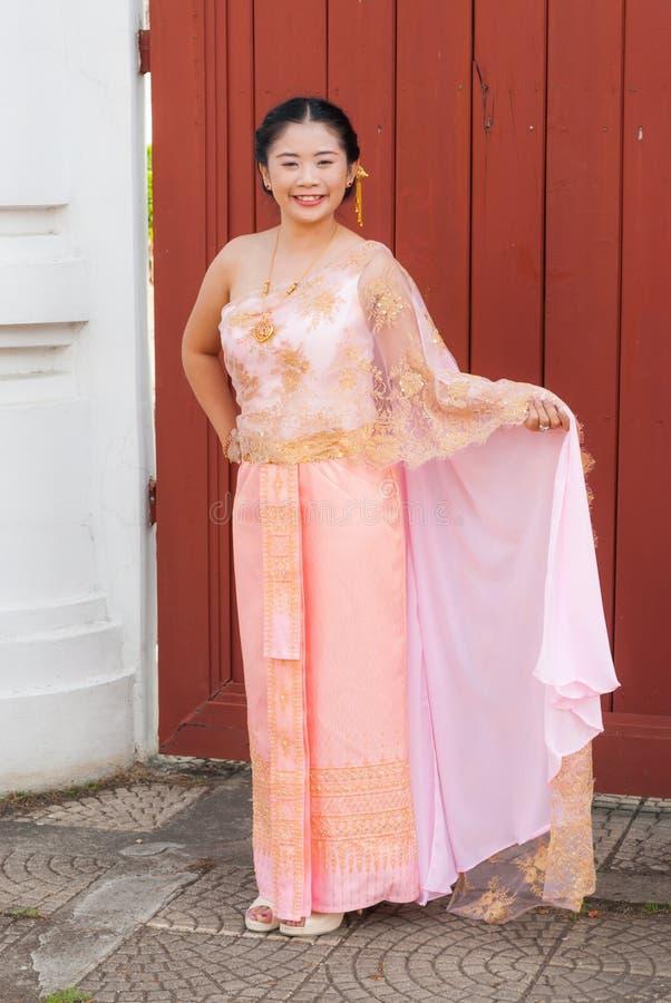 Mujer/novia En Traje Tailandés De La Boda Imagen de archivo - Imagen ...
