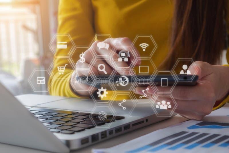 Mujer o diseñador de negocios que usa la tableta con el ordenador portátil y el documento en el escritorio en oficina moderna fotos de archivo
