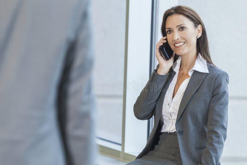 Mujer o empresaria que usa el teléfono celular imagen de archivo