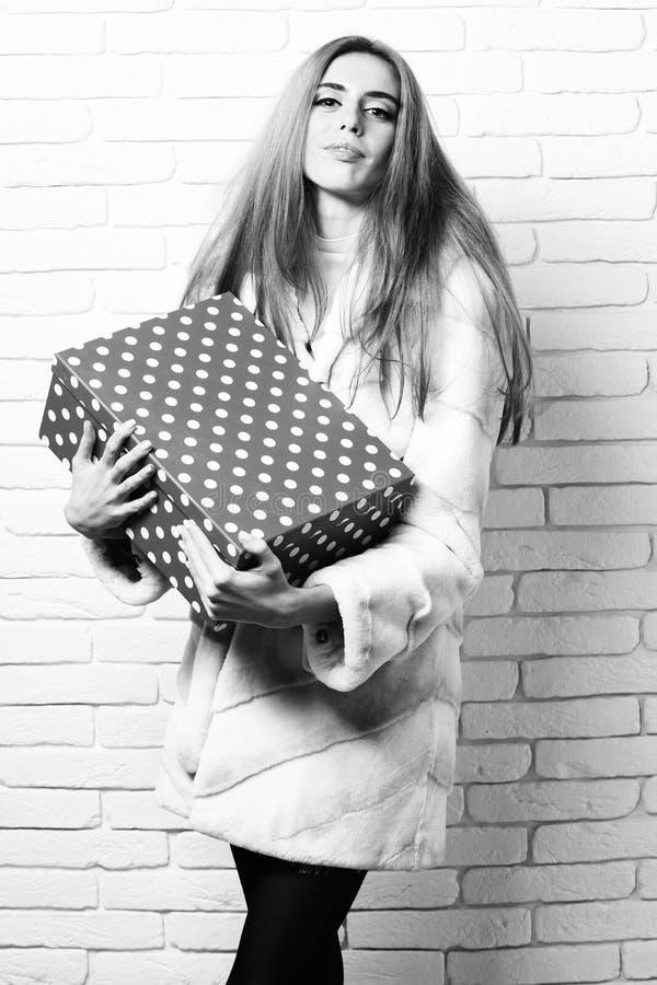 Mujer o muchacha bonita atractiva de moda joven con el pelo rubio hermoso largo en capa de la cintura de la piel blanca y de la m fotos de archivo libres de regalías