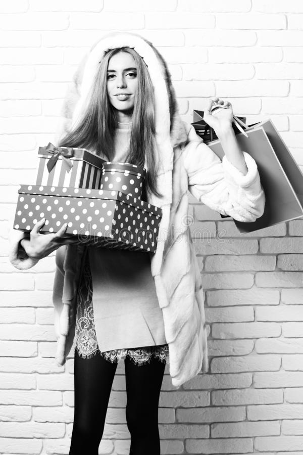 Mujer o muchacha bonita atractiva de moda joven con el pelo rubio largo en capa de la cintura de la piel blanca con la capilla y  fotografía de archivo libre de regalías