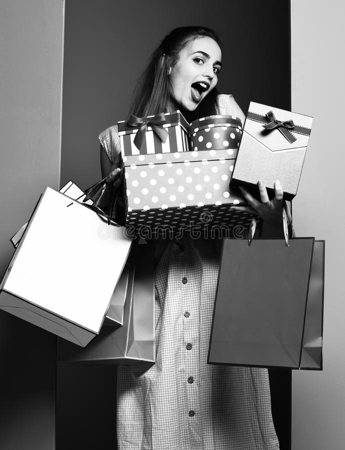 Mujer o muchacha bonita atractiva joven del modelo con el pelo rubio hermoso largo en cara feliz en vestido beige y la moda del v imágenes de archivo libres de regalías