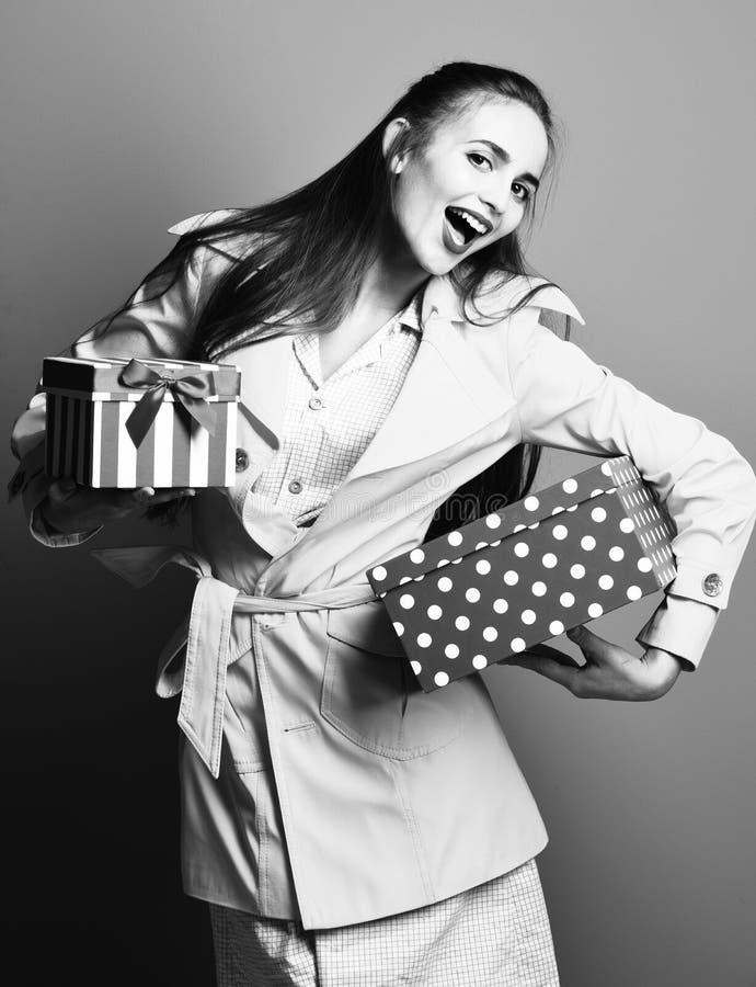 Mujer o muchacha bonita atractiva joven del modelo con el pelo rubio hermoso largo en cara sonriente en maquillaje amarillo de la foto de archivo libre de regalías