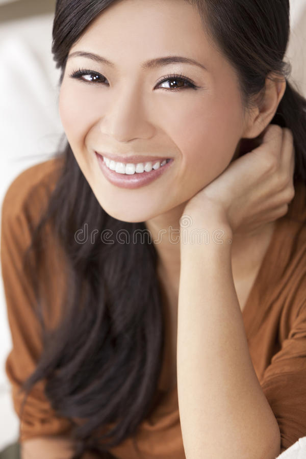 Mujer o muchacha china asiática joven feliz hermosa imagen de archivo