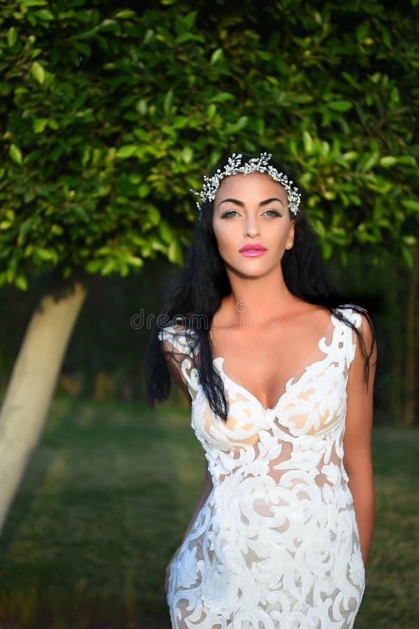 Mujer o novia de la boda en el vestido y la corona blancos fotos de archivo