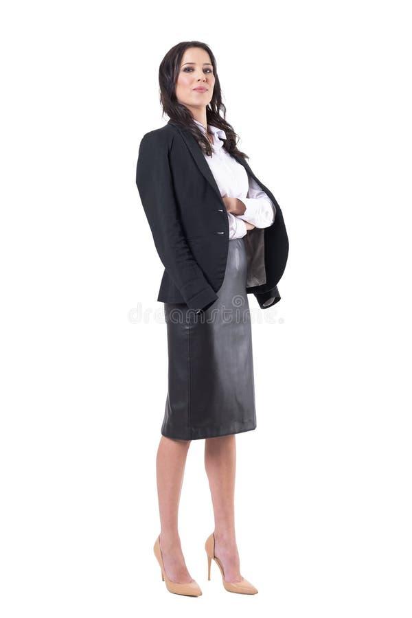 Mujer o profesor confiada orgullosa de negocios con las manos cruzadas que lanzan la chaqueta con una honda como cabo fotografía de archivo