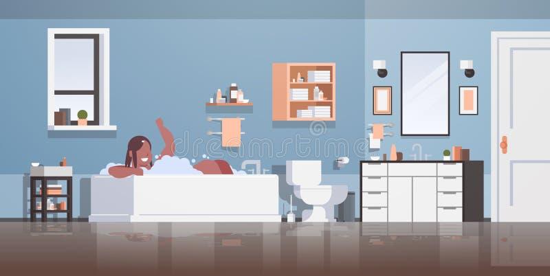 Mujer obesa gorda que se relaja en baño con la muchacha afroamericana gorda feliz de la espuma que baña obesidad de mentira del J ilustración del vector