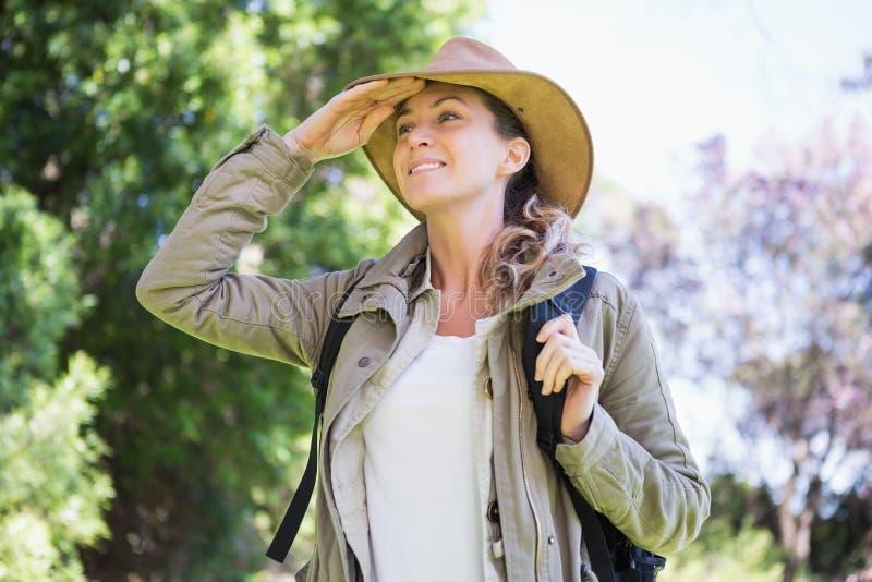 Mujer observando algo foto de archivo