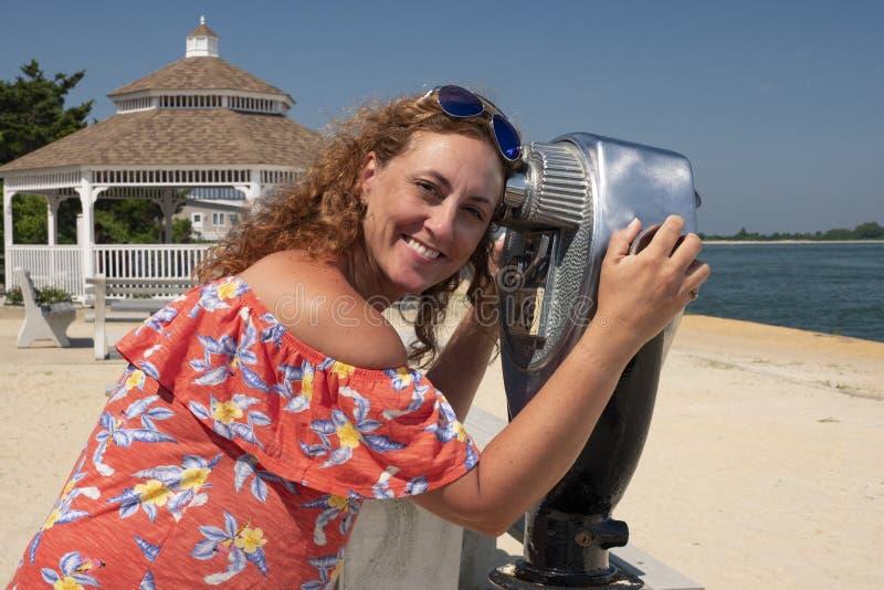 Mujer observando con binocular de fichas fotos de archivo libres de regalías
