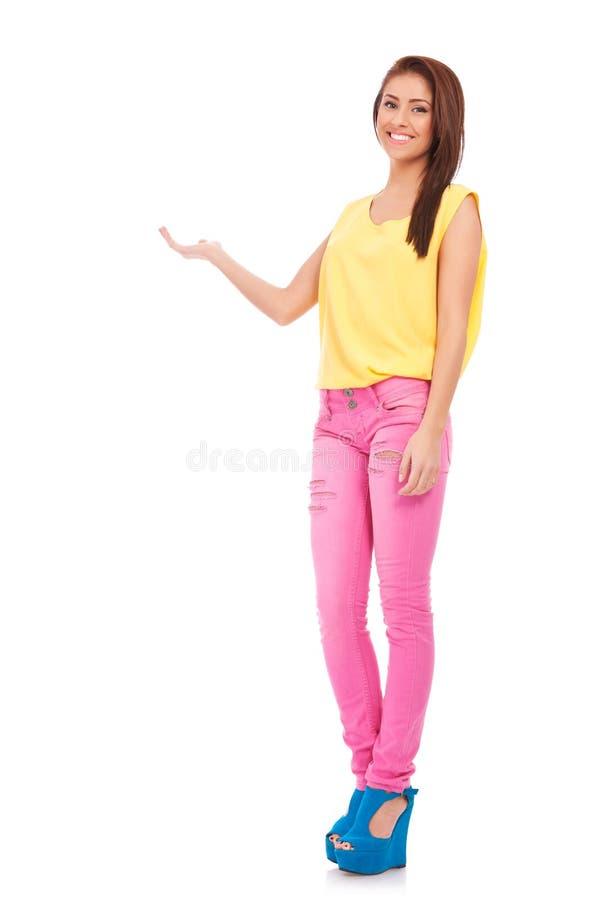 Mujer ocasional joven feliz que muestra algo imágenes de archivo libres de regalías