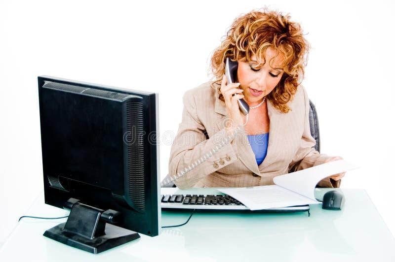 Mujer ocupada en llamada de teléfono imagenes de archivo