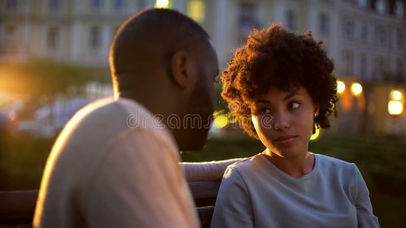 Mujer ofendida que mira al novio, fecha al aire libre, malentendido, conflicto foto de archivo libre de regalías