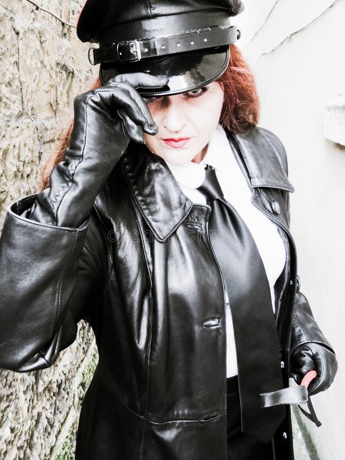 Mujer oficial potente que lleva el cuero negro Efectos creativos fotos de archivo