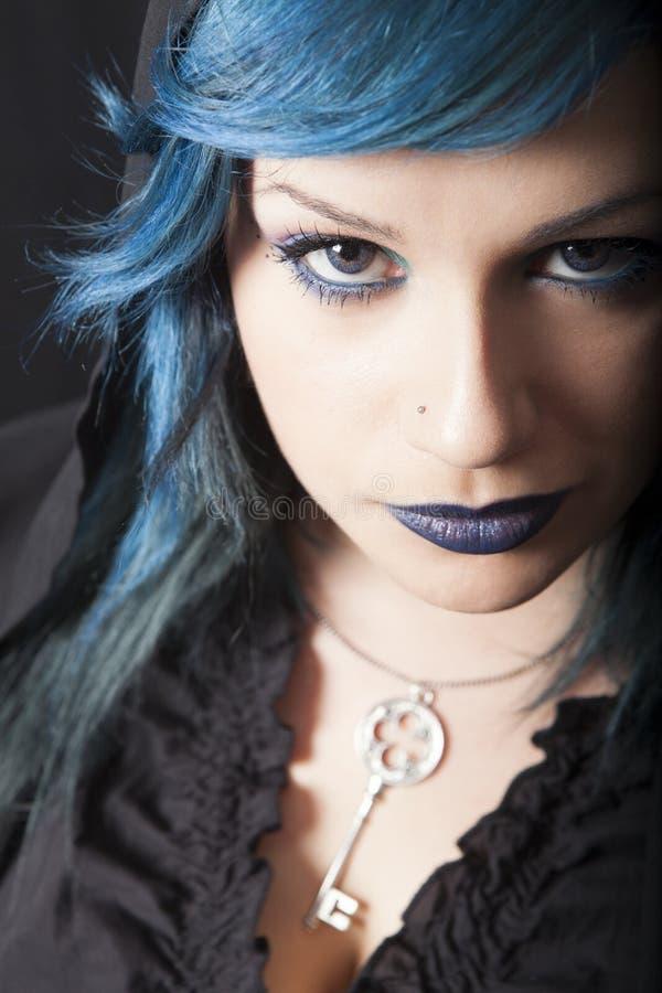 Mujer oscura con el pelo y el lápiz labial azules Colgante dominante Muchacha oscura fotos de archivo