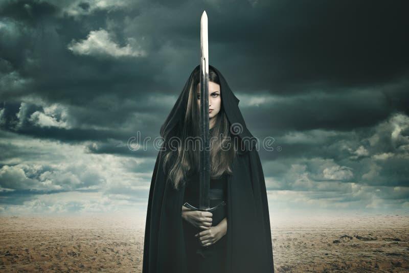 Mujer oscura hermosa en un paisaje del desierto fotos de archivo