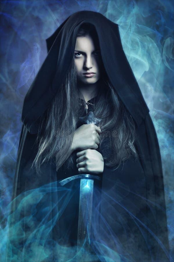 Mujer oscura hermosa y poderes mágicos imagenes de archivo