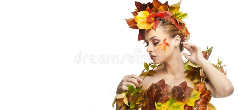 Mujer otoñal Estilo creativo hermoso del maquillaje y de pelo en tiro del estudio del concepto de la caída Muchacha del modelo de imagen de archivo libre de regalías