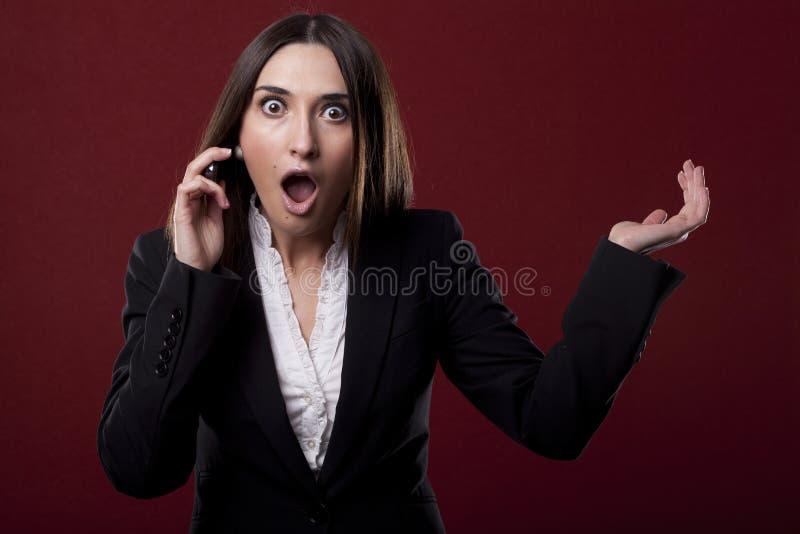 Mujer para contestar al teléfono fotografía de archivo