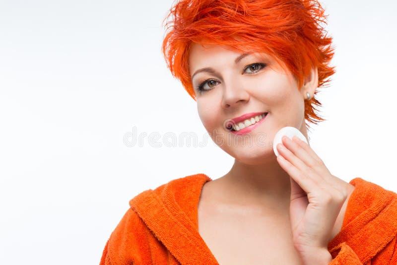 Mujer para limpiar la loción de la cara fotografía de archivo