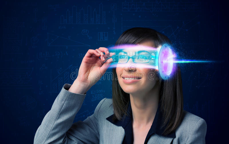Mujer a partir del futuro con los vidrios de alta tecnología del smartphone fotografía de archivo libre de regalías