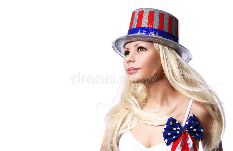 Mujer patriótica con la impresión de la bandera americana en el sombrero fotos de archivo