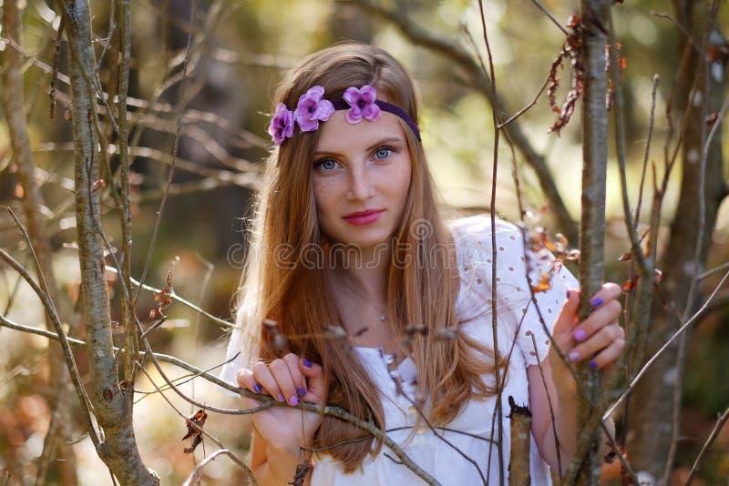 Mujer pecosa con el anillo de la flor en su cabeza imagenes de archivo