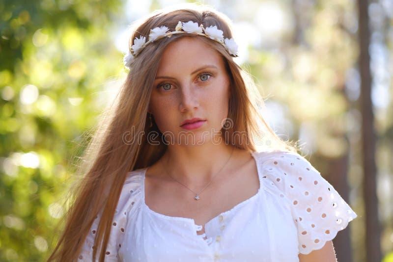 Mujer pecosa con el anillo de la flor en su cabeza fotos de archivo