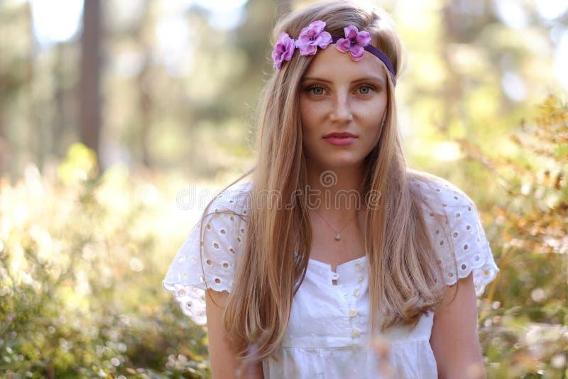 Mujer pecosa con el anillo de la flor en su cabeza foto de archivo libre de regalías
