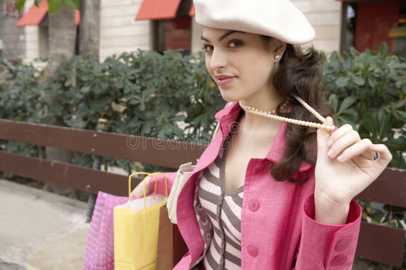 Mujer peculiar con compras imagen de archivo