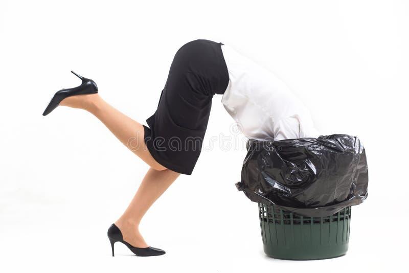 Mujer pegada en cubo de la basura con su cabeza fotografía de archivo libre de regalías