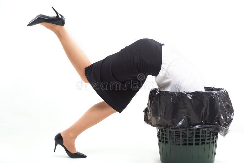 Mujer pegada en cubo de la basura con su cabeza imagenes de archivo