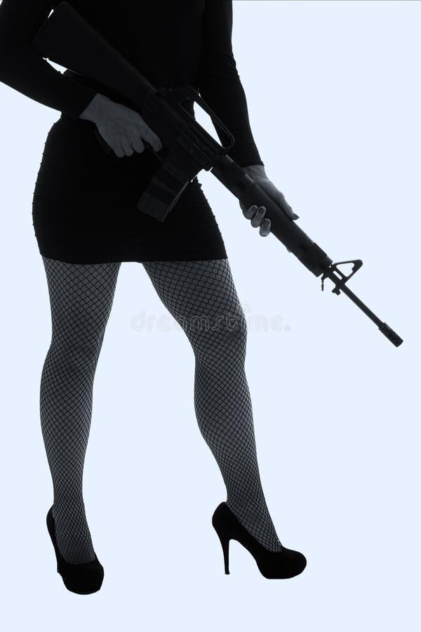 Mujer peligrosa en negro con el rifle de asalto fotos de archivo libres de regalías