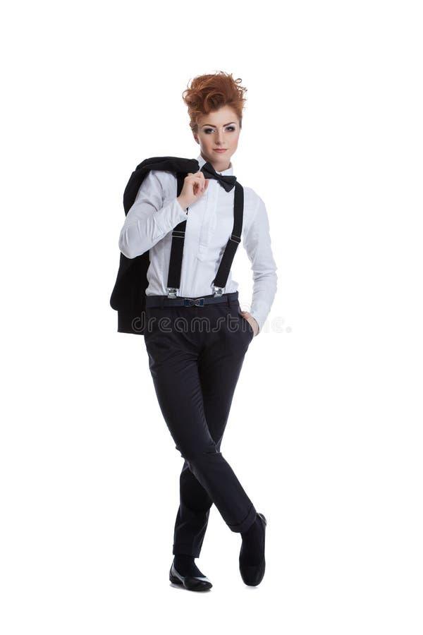 Mujer pelirroja hermosa que presenta en traje formal fotos de archivo libres de regalías
