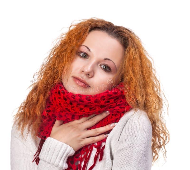 Mujer pelirroja joven con la bufanda imagen de archivo