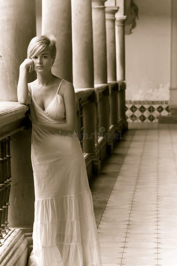 Mujer pensativa fotografía de archivo libre de regalías
