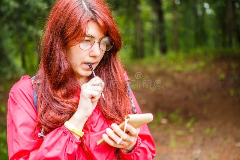 Mujer pensativa con el lápiz, cuaderno foto de archivo libre de regalías