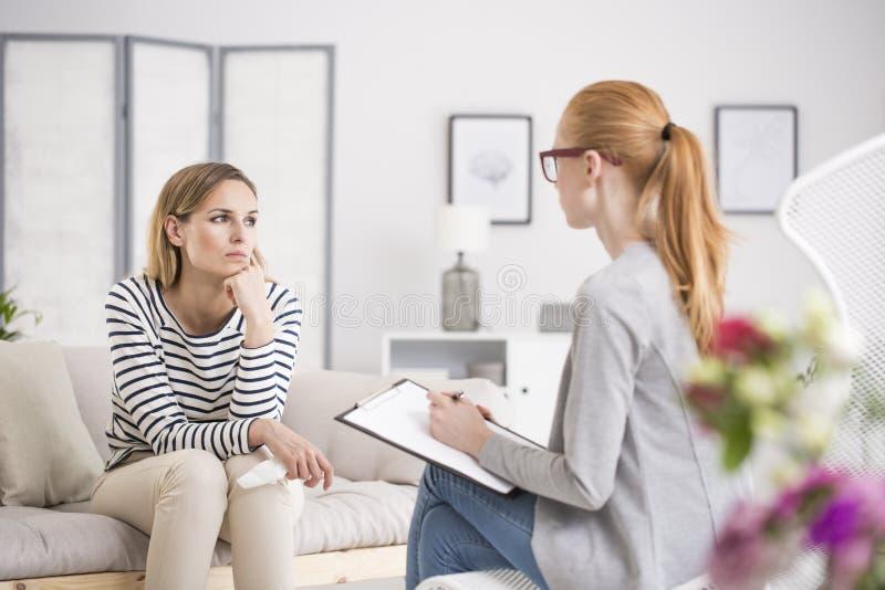 Mujer pensativa durante la sesión imagen de archivo